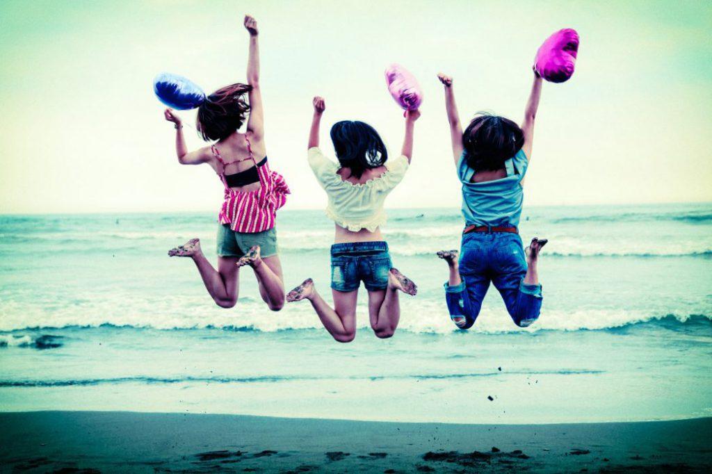 海ではしゃぐ女の子たち